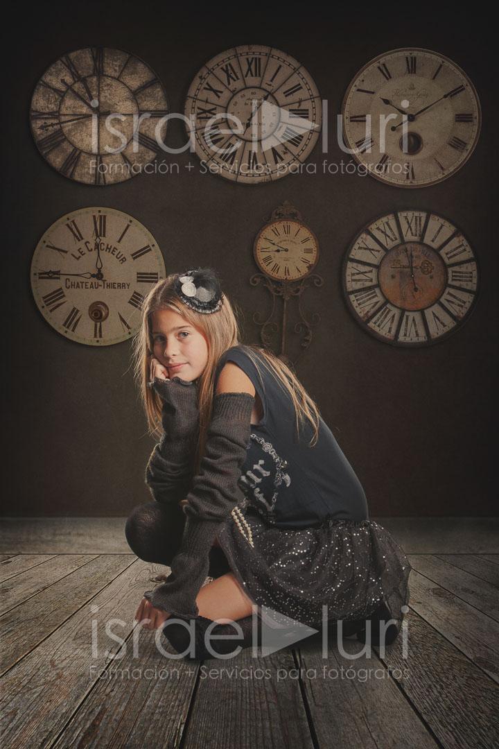 Plantilla Set Estudio Reloj es un archivo .PSD compatible con Photoshop para poder realizar de forma sencilla, un foto montaje sobre una fotografía disparada sobre fondo gris (neutro) a la que le insetamos distintos suelos y texturas de pared. También contiene un set de 6 relojes antiguos para poder realizar una decoración sobre la pared.